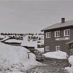 Engene Fjellstue 1965 med en tidsriktig Pobeda parkert utenfor.
